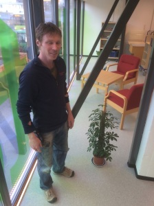 Einar satser på god vekst i biblotekets opplyste lokaler.