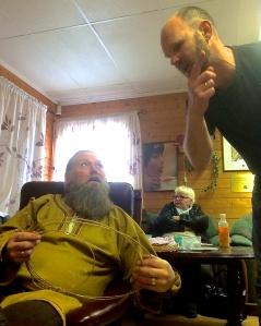 Lars viser frem strengen han har laget.