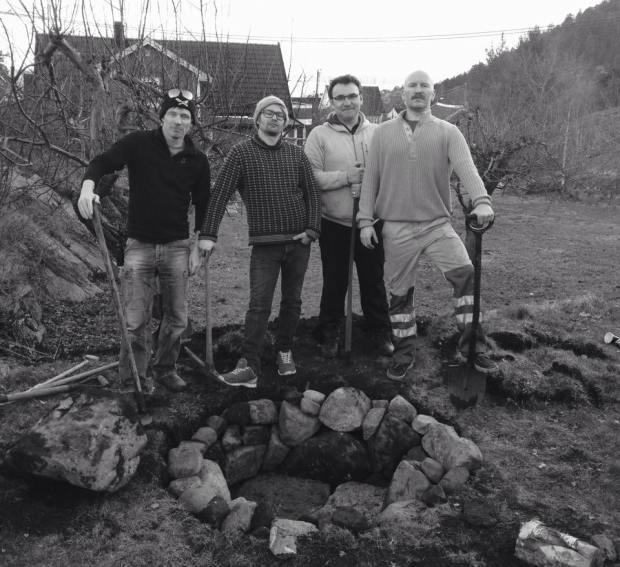 Einar, Love, Espen og Are poserer etter å ha brukt langfredag til bålgrop.