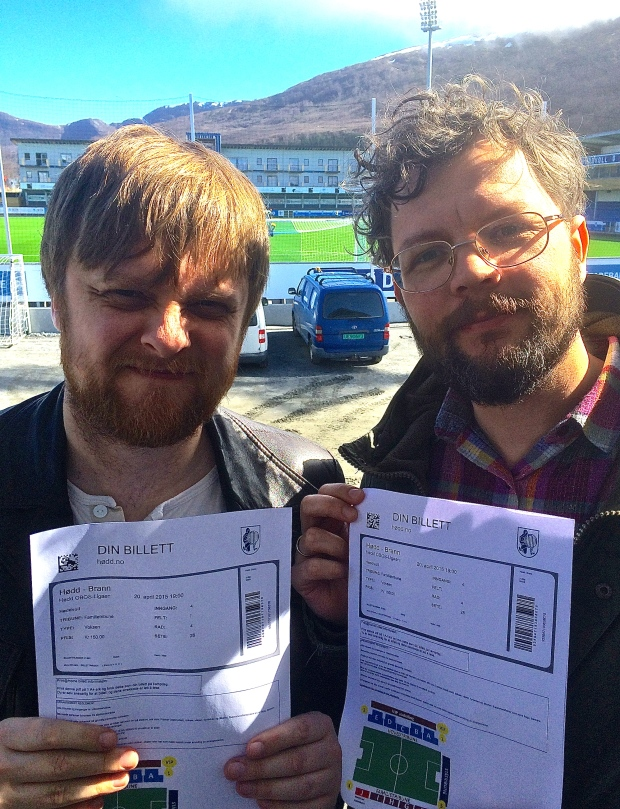 Rune myser med Høddvollsola i ryggen og Rudi har tatt Brannseieren på forskudd. 150 kroner billetten, på langsiden, i OBOS-ligaen. Topp det!