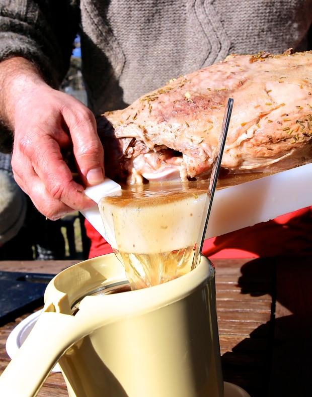 Kraft fra bålgrop blandes med vin fra Italia.