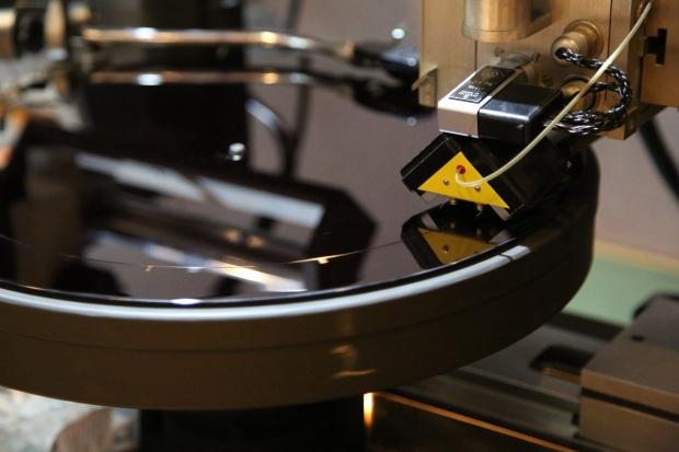 Musikken blir gravert inn med rubin da den cutter bedre enn diamant. Foto: Erik Valebrokk