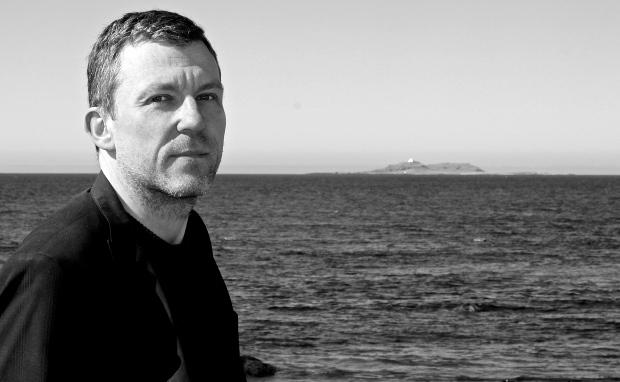 Alex ved havet på Giske. Erkna fyr i bakgrunnen. Foto: Ronnie MAG Larsen