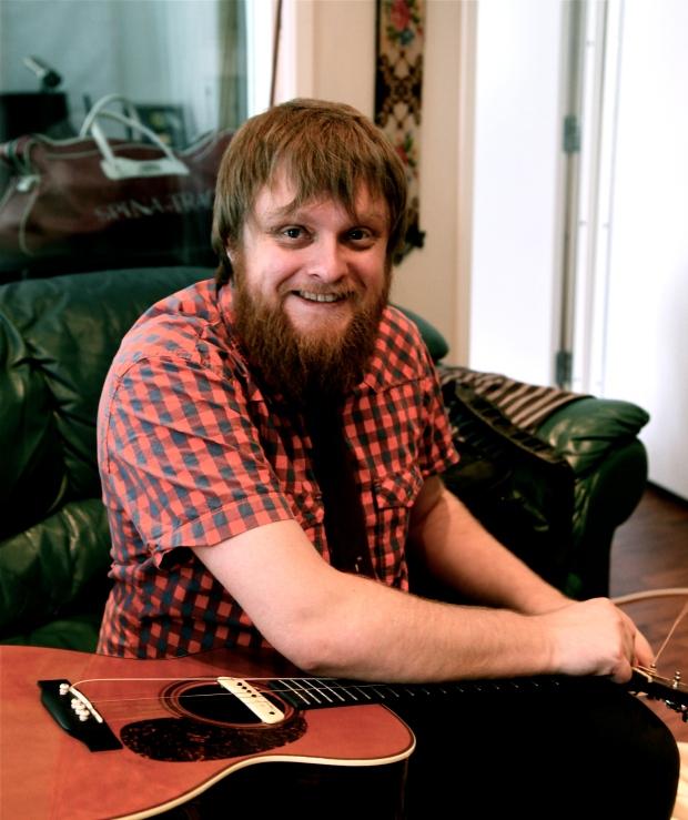 Rune smiler i skjegget